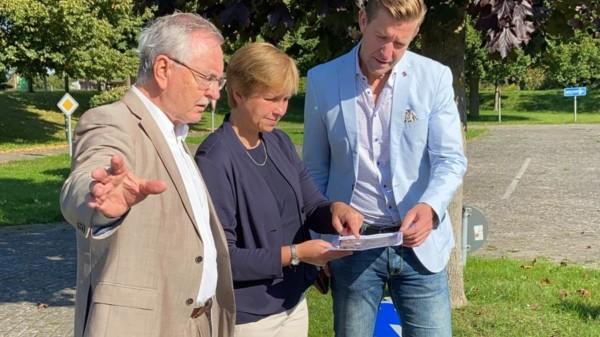 Gemeinsam mit Astrid Becker (Bürgermeisterin) und Hans-Joachim Hacker (Verkehrswacht) schaute ich mir den Plan zur Sanierung an.